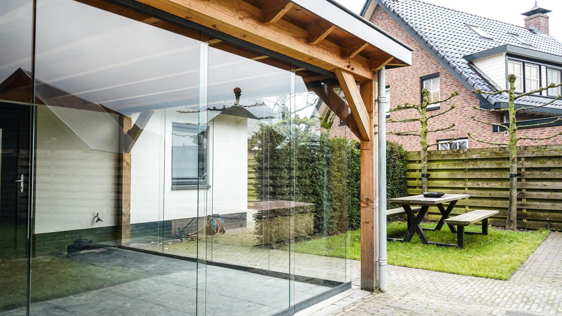 Buitenverblijf-tuinhuis-aanbouw-glazenwand